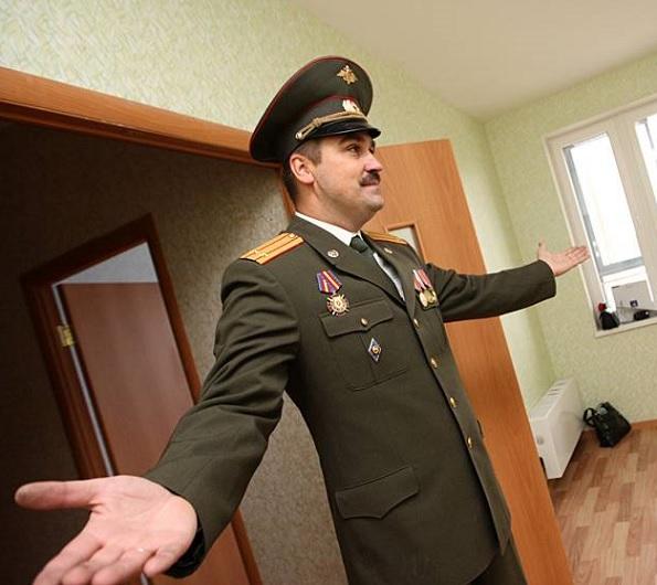 Офицер с распростертыми объятьями