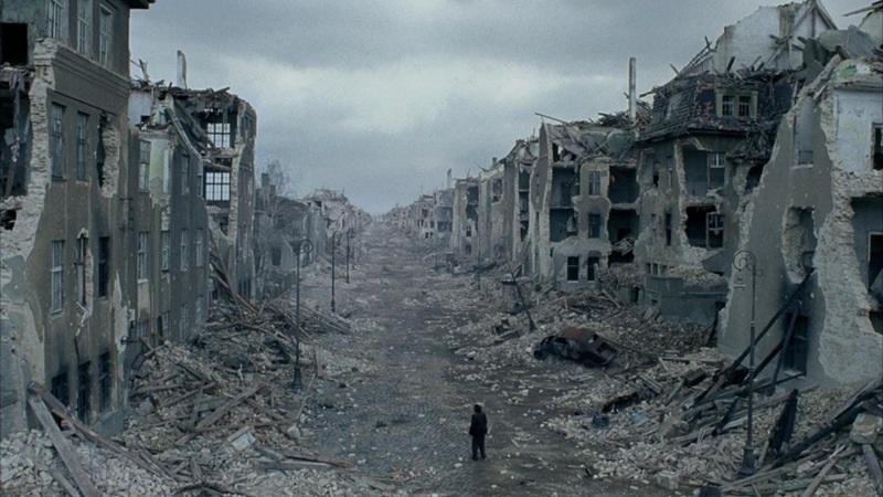 Один среди руин города