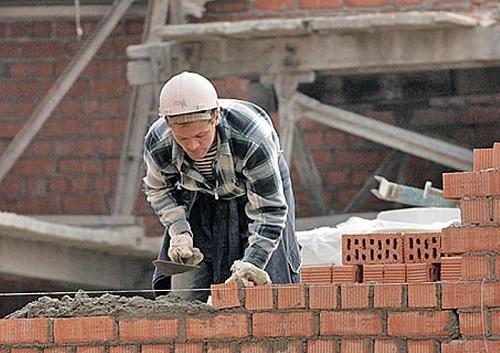 Каменщик на стройке