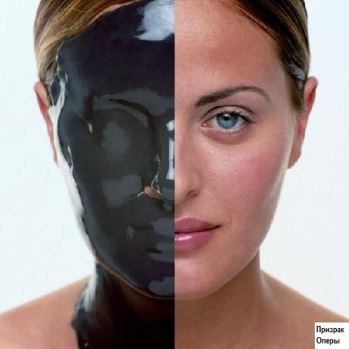 Угольная маска на лице женщины