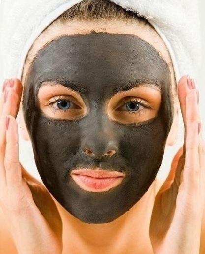 Женское лицо с маской из активированного угля