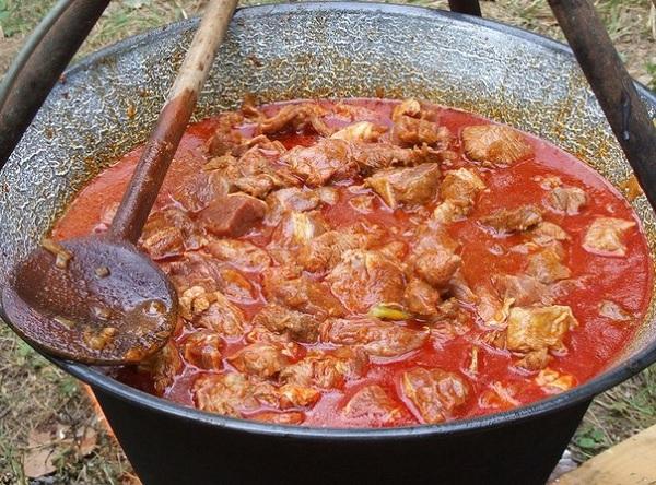 Казан с острой пищей в Карачи