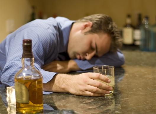 Пьяный со стаканом