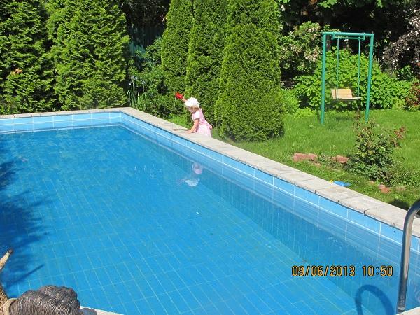 Внучка у бассейна