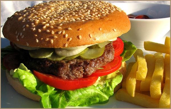 Гамбургер и картофель