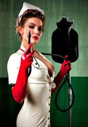 Кружка Эсмарха в руках медсестры
