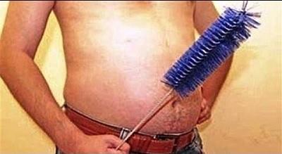Ершик ля прочистки в руке мужчины