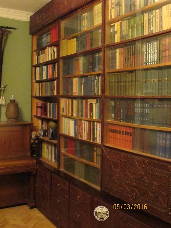 Шкаф для книг с антресолью
