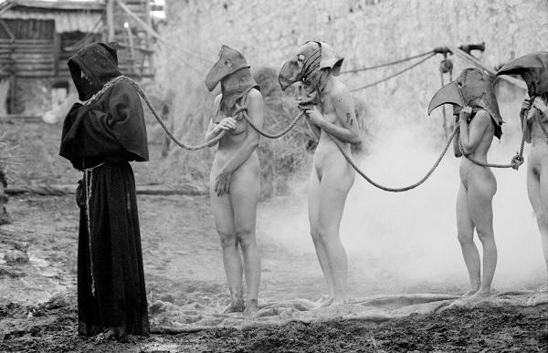 Рабыни в сопровождении монаха