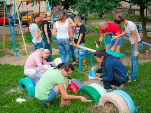 Покраска детской площадки во дворе