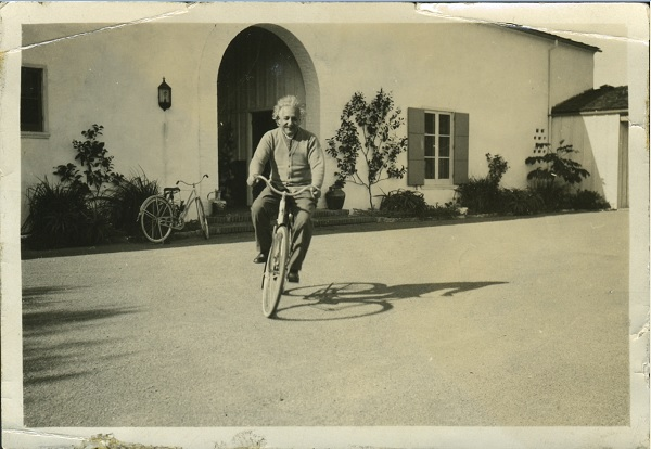 Эйнштейн на велосипеде