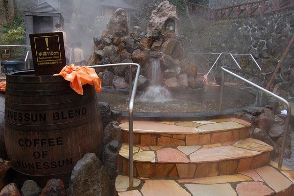 Водопад в бане в Хаконе