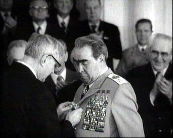 Вручение награды Л.И. Брежневу