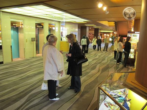 встреча в лифтовом холле
