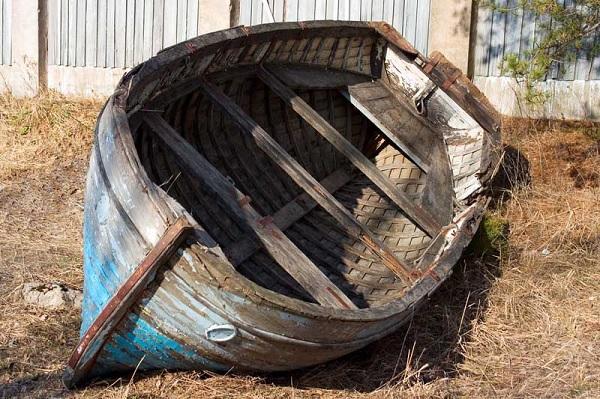 Гнилая лодка во дворе