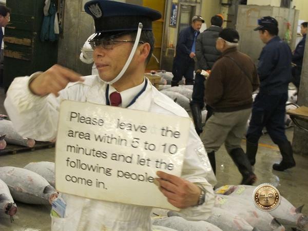 Плакат в руках стража порядка