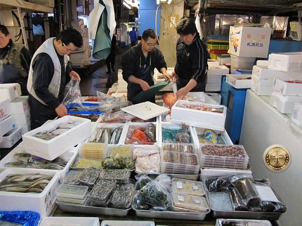 Продавцы на рыбном рынке