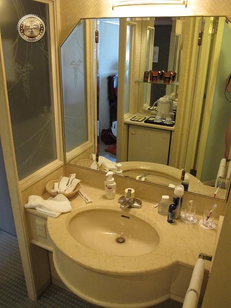 Умывальник в номере отеля в Киото