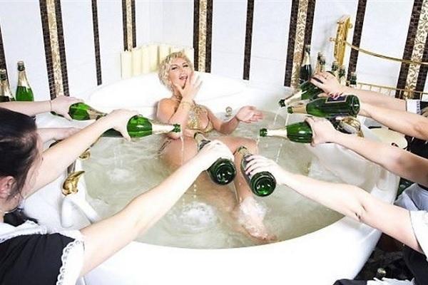кмилла принимает ванну с шампанским