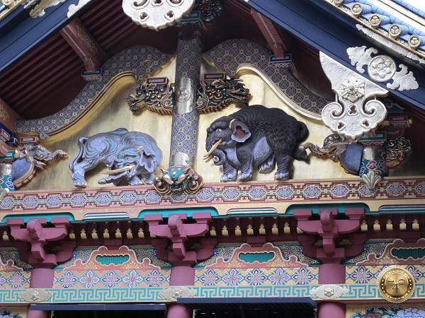 Барельефы слонов на фасаде здания