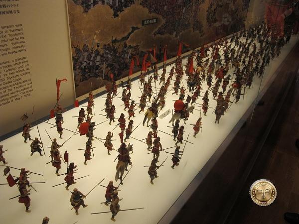 Фигурки японских самураев в замке Осака-дзё