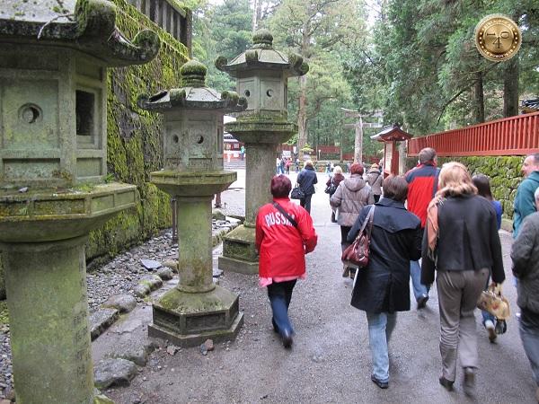 Фонари на территории храма Тосёгу