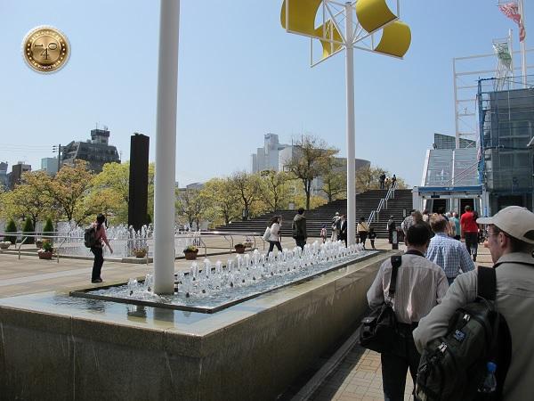 Прикольные фонтанчики по пути к океанариуму г. Осака