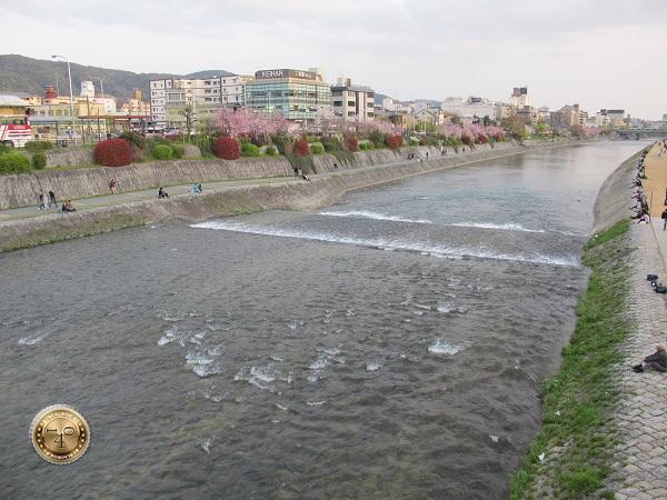 Японцы медитирующие у реки