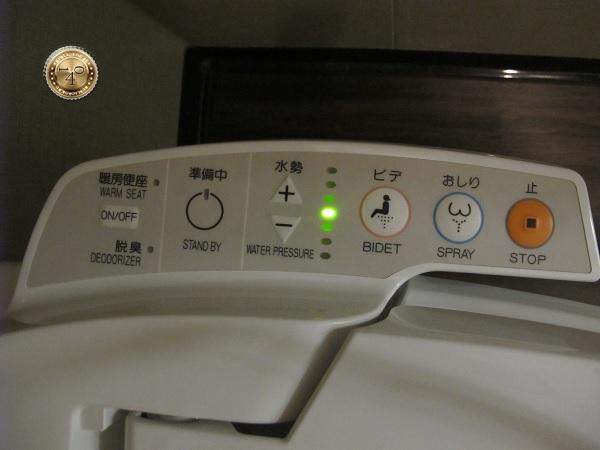Кнопки унитаза в номере гостиницы в Японии