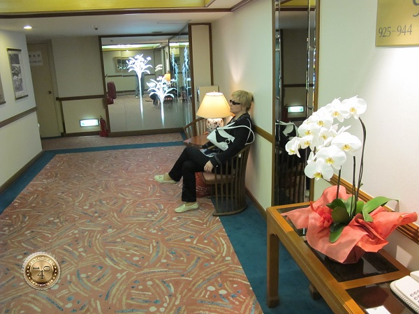 В лифтовом холле гостиницы Киото