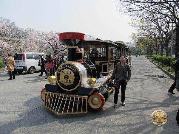Трамвай для перевозки туристов к замку Осака-дзё