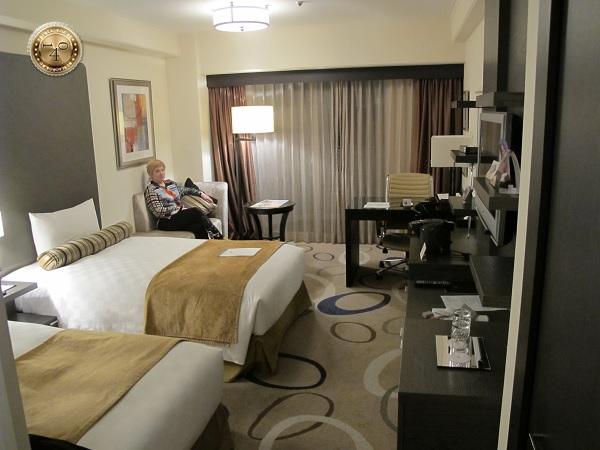 В номере гостиницы в Токио