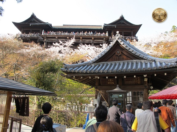 Вид снизу на храм