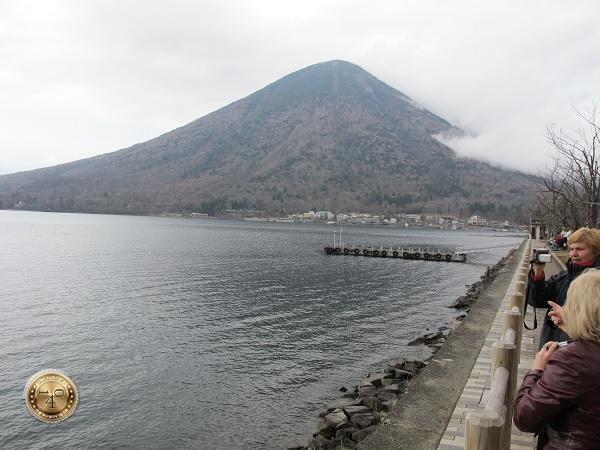Озеро и вулкан в окресностях Никко