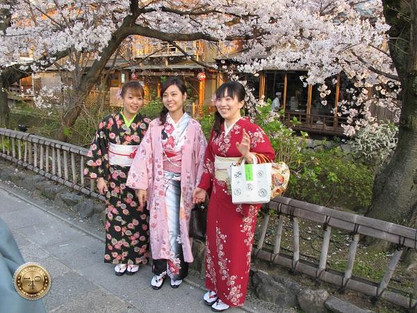 Японские девушки в национальных костюмах