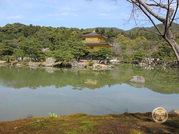 Золотой павильон на озере