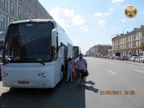 Посадка в автобус у гостиницы Октябрьская