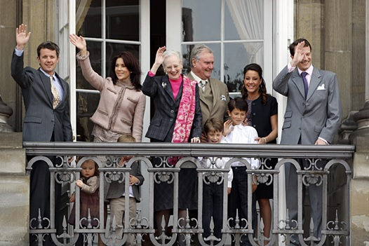 Семья королевы Дании на балконе