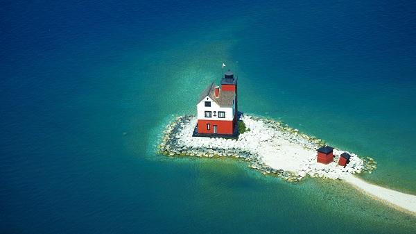 Одинокий дом на острове