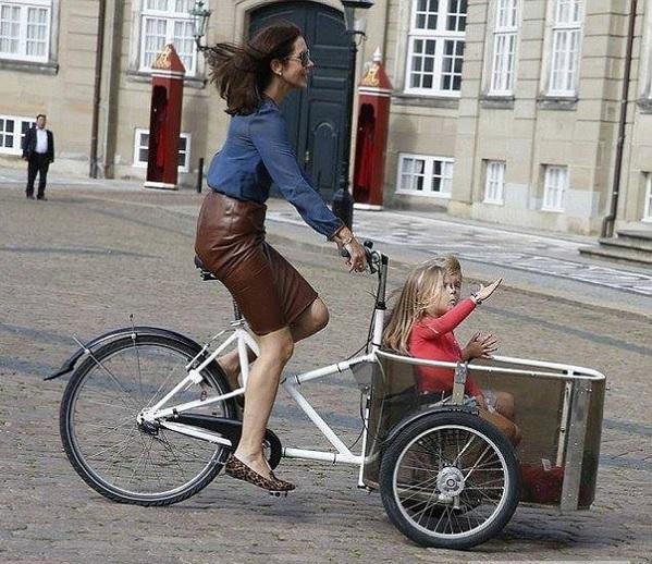 Наследники датского престола на велосипедах