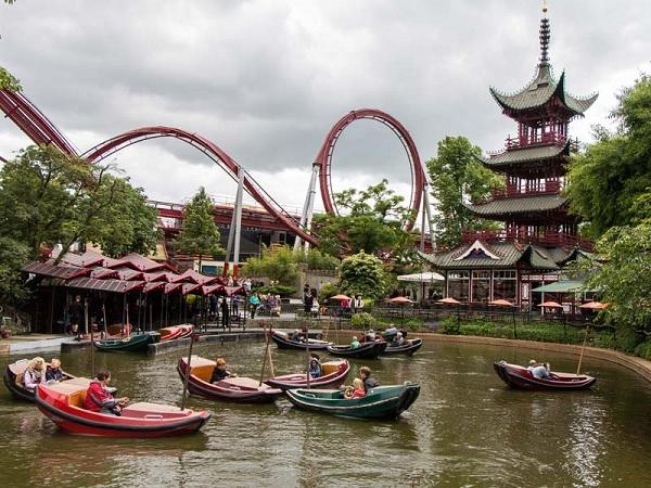 Пагода у озера в парке Тиволи