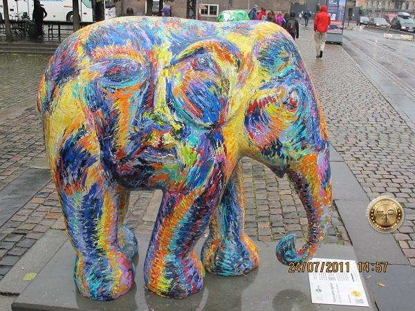 Слон на улице
