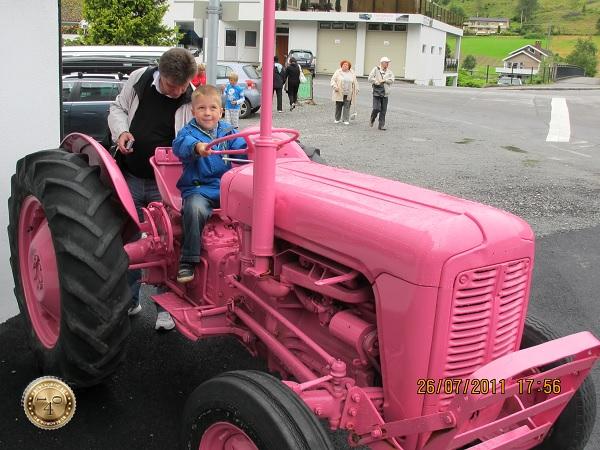 Розовый трактор