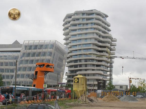 Падающее здание