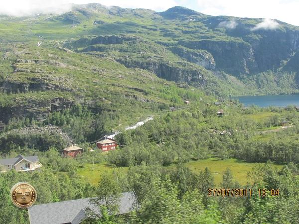 Вид на горную долину из окна поезда
