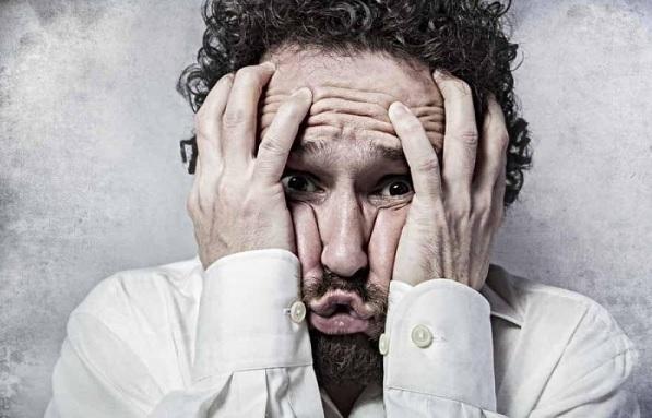 Побледнел от стресса
