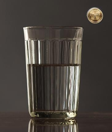 граненый стакан с водой