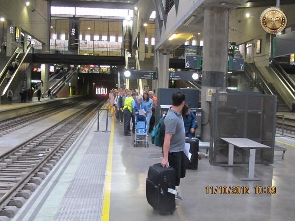 досмотр на перроне вокзала в Севилье