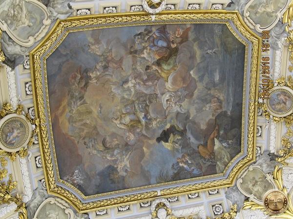 лепнина и картины на потолке музея