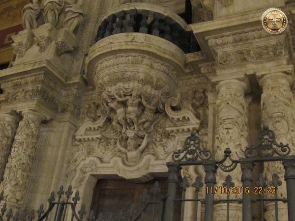 скульптуры на фасаде здания в Севилье